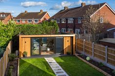 The UK's original garden room company - Green Retreats. 'The Edge' by Green Ret. - The UK's original garden room company – Green Retreats. 'The Edge' by Green Retreats can be built in sizes from x with prices from Source by ioathanasiadou - Backyard Office, Backyard Studio, Backyard Sheds, Garden Office, Backyard Landscaping, Garden Gym Ideas, Outdoor Office, Garden Cabins, Garden Cottage