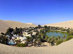 Huachachina es un pueblo pequeño de solo 100 habitantes construido alrededor de un oasis , en un arido paisaje desertico .Puedes pasar unas vacacionesn fascinantes por poco dinero , en este lugar . . .