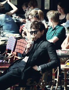 Lee Dong-wook eats ice cream in Paris