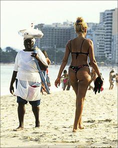 Bade pige og strand sælger på Copacabana stranden i Rio De Janeiro, Brasilien. Girls in bathing suits on Copacabana Beach in Rio De Janeiro Brazil . © Jørgen Flemming. © Jørgen Flemming.     http://pinterest.com/truyensex/
