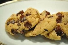 Cookie beurre de cacahuète - chrononutrition goûter. 240g beurre cacahuètes, 70g sucre, 1 blanc œuf, 120g chocolat pépites. 30 min frigo puis 20 min au four à 150 degrés.