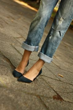 boyfriend jeans + heels GREAT casual party look! With a slouchy rocker tee, statement chunky chain necklace and a fitted black blazer! And a sparkly clutch and pulled back hair, and I've got an awesome PARTY OUTFIT! Boyfriend Jeans Heels, Jeans With Heels, Cuffed Jeans, Rolled Jeans, Denim Heels, Torn Jeans, Jeans Shoes, Boyfriend Style, Rolled Hem