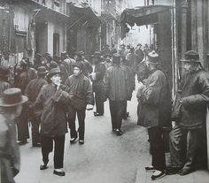 Ross Alley in San Francisco's Chinatown 1898. (Photo by Arnold Genthe)
