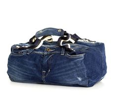Handmade bag made from the re-use of denim pants. Finish: blue stretch denim fabric bag.