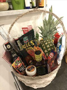 Barbecue gift basket - Men Source by cheerrv Movie Basket Gift, Movie Night Gift Basket, Movie Gift, Gift Baskets For Men, Themed Gift Baskets, Boyfriend Gift Basket, Boyfriend Gifts, Linkin Park Soldier, 10 Secret Santa Gifts