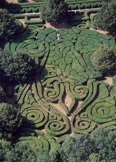 A labirintusokról szóló kis sorozatunk utolsó részéhez értünk. Az alábbiakban a magyarországi növény labirintusokat mutatjuk be, amelyek fellelhetőek és amikről fotó is található. Állatkert, ökológiai labirintus | Budapest | www | Google Maps | A sövény-labirintus klasszikus kertekben gyakran használt játékos kertművészeti elem, egyes magyarországi kastélyokban is előfordult, de mára szinte sehol sincs meg. A …