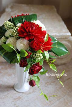 和風の会場装花の画像 | ウェディングブーケのデザイン集 Winter Floral Arrangements, Christmas Arrangements, Flower Arrangements, Fruit Flowers, Dark Flowers, Beautiful Flowers, Wedding Table Flowers, Wedding Bouquets, Xmas Decorations