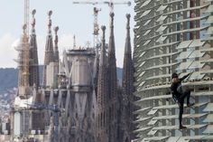 The French 'Spiderman' re-scales the Agbar Tower Alain Robert has done it again. This Frenchman, nicknamed 'Spiderman' and known for climbing emblematic buildings such as th…