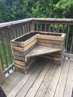 Pallet Outdoor Furniture DIY Pallet Bench with Flower Box for Corner - Pallets Pro - All you need is to get this DIY pallet bench with L-shape flower box which would be delightful addition to any corner of your home open spaces! Pallet Garden Furniture, Diy Outdoor Furniture, Outdoor Decor, Furniture Projects, Garden Pallet, Furniture Design, Outdoor Benches, Pallet Benches, Diy Furniture