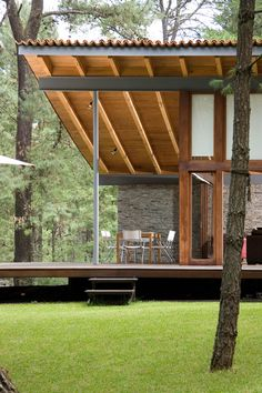 Built by Elías Rizo Arquitectos in Tapalpa, Mexico with date Images by Mito Covarrubias. This unique vacation house is located near Tapalpa in a secluded forested area. The house adapts to its surrounding t. Amazing Architecture, Interior Architecture, Building Architecture, Exterior Design, Interior And Exterior, Unique Vacations, Casas Containers, Future House, Outdoor Living