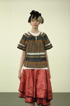 「トリコ・コムデギャルソン(tricot COMME des GARCONS)」は22日、14SSコレクションをフロアショー形式で発表した。デザイナーは栗原たお。テーマは「エレガンス」