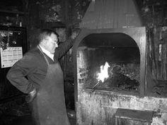 #Herrero. Era aquella persona que mediante su forja, yunque y martillos elaboraba objetos de metal, comúnmente acero e hierro, de necesidad para toda la sociedad.
