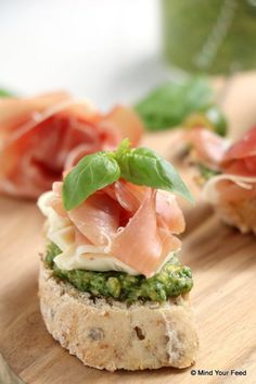 Crostini met pesto, brie en rauwe ham Mind Your Feed - One pot rezepte Finger Food Appetizers, Appetisers, Appetizer Recipes, Snack Recipes, Bruschetta, Crostini, Easy Smoothie Recipes, Good Healthy Recipes, Gastronomia