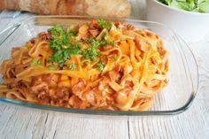 Frisk pasta med tomatsauce og bacon - en god og nem hverdagsret med få ingredienser. Pastaretten er hurtig at lave, og så er den børnevenlig.