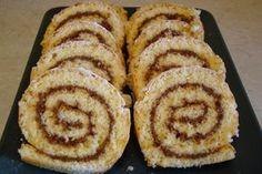 Υλικά: 1 φλ. τσαγιού αλεύρι για όλες τις χρήσεις 1 φλ. τσαγιού ζάχαρη 4 αυγά 2 βανίλιες 1 κ.γ μπέικιν Πραλίνα φουντουκιού(τύπου μερέντα) ή μαρμελάδα Ζάχαρη άχνη για πασπάλισμα Εκτέλεση: Σε ένα μεγάλο μπολ χτυπάμε με το μίξερ καλά τη ζάχαρη με τα αυγά μέχρι να ασπρίσουν και να αφρατέψουν Προσθέτουμε την βανίλια,το μπέικιν και …