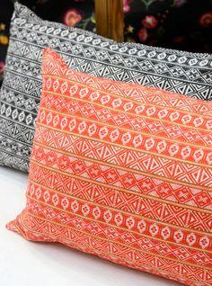 Handvävda dräktband har blivit  vacker rapporterad textil. Av Lina Holm och Oscar Lind Modin. (Foto Kurbits)