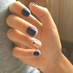 The advantage of the gel is that it allows you to enjoy your French manicure for a long time. There are four different ways to make a French manicure on gel nails. Minimalist Nails, Dark Nails, My Nails, Dark Nail Art, Nail Art Blue, Short Nails Art, Short Nails Shellac, Shellac Manicure, Manicure Ideas