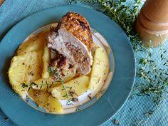 A sajtkrémes, füstölt, kakukkfüves íz átjárja az egész csirkemellet. A hús puha és szaftos, a bőre barna és ropogós, a töltelék olyan, mint a legfinomabb kolbászkrém. Érdemes kipróbálni!