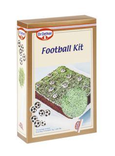 Football kit. Koristelutuotesetti jalkapallokentän tekemiseen esimerkiksi täytekakun päälle. Vihreää stösseliruohoa, 12 sokerista jalkapallokuviota ja valkoista sokerikuorrutetta kenttäviivojen piirtämiseen.