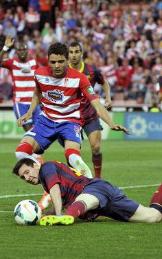 El delantero argentino del FC Barcelona Leo Messi juega un balón desde el suelo ante el portugués Ilori
