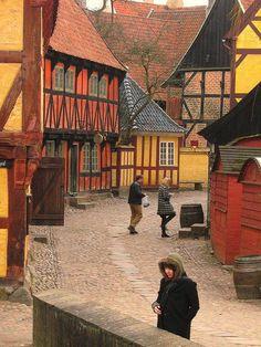 finlandia Aarhus, Den Gamle By La ciudad vieja en Aarhus, Dinamarca (en danés: Den Gamle By), es un museo de la ciudad al aire libre que consiste en 75 edificios históricos recogidos de 20 municipios en todas las partes del país. En 1914 el museo abrió sus puertas como primer museo al aire libre del mundo en su género, concentrándose en la cultura de la ciudad en lugar de la cultura del pueblo