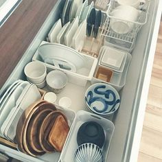 How to revamp the kitchen table? Kitchen Interior, Room Interior, Kitchen Decor, Kitchen Design, Kitchen Organization, Organization Hacks, Kitchen Storage, Muji Home, Old Kitchen Tables