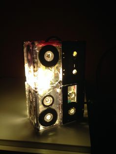 Abat jour mini '90 Classic creata con vecchie audiocassette.