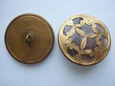 http://www.ebay.fr/itm/Mercerie-ancienne-Gros-bouton-nacre-sertie-dans-decor-en-laiton-3-5-cm-/231507255531?pt=FR_YO_Collections_Boutons