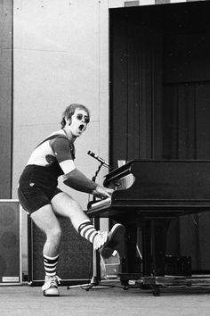 Elton John in 1971 - Elton John – Wikipedia Pop Punk, Elton Jon, Elton John Young, Elton John Costume, Goodbye Yellow Brick Road, Captain Fantastic, 70s Aesthetic, Artist Aesthetic, Hollywood