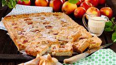 Så enkelt och så gott att baka en äppelkaka i långpanna! De läckra rutorna får dessutom god smak av kardemumma och mandel.