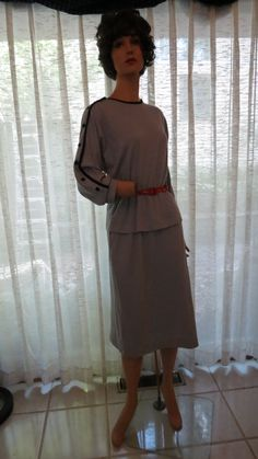 The #Toni-Todd label was a mid-priced line of popular everyday #dresses. This one is true #vintage #1960's. Pretty hum-drum by the standards then, but nicer than lots of the stuff that is marketed today. The best feature of thi...