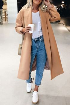 Fashion casual fall / winter women with jeans, a white tshirt, white sneakers and a camel coat Source by TendanceOrganisee Casual Chic Outfits, Fashion Mode, Womens Fashion, Fashion Trends, Mantel Camel, Camel Coat Outfit, Mode Mantel, Coats For Women, Jeans