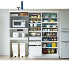 キッチンをリフォーム気分で収納力アップできる収納庫シリーズに合わせたキッチンラック。下部分にゴミ箱などを収納できるオープンスペースが付いているので空間を無駄なく活用。大型レンジ対応のレンジ台です。 Larder Cupboard, Kitchen Cupboard Doors, Kitchen Storage, Kitchen Cabinets, Kitchen Appliances, Japanese Kitchen, Japanese House, Japanese Interior, Diy Storage