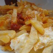 Patatas fritas con huevos rotos al toque de sobrasada