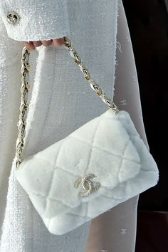 What are the 10 bag trends seen at the Chanel show in Paris? - Chanel: what are the 10 bag trends seen at the fashion show in Paris? Luxury Purses, Luxury Bags, Luxury Handbags, Chanel Handbags, Luxury Shoes, Vogue Paris, Aesthetic Bags, White Aesthetic, Designer Shoes