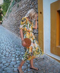 Alex Stedman, The Frugality. Photo source: https://www.instagram.com/thefrugality Basket bag, woven bag, rattan bag, round bag, circle bag, summer bag