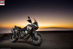 KTM 1190 Adventure Après 10 ans de bons et loyaux services, le trail le plus exclusif du marché a évolué. D'abord animée par un 950 cm3, puis un 990 cm3, l'Adventure hérite du twin sportif de la RC8-R. Ses formes de baroudeuse s'adoucissent et l'électronique embarquée fait une apparition remarquée. Tournant philosophique chez KTM… lire l'article sur www.motomag.com/... #Motorcycle #TestRiding #Moto #Motomag #KTM @Katie Hrubec Hrubec Morse Sportmotorcycle AG