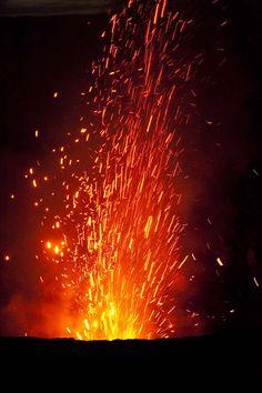 Explosão de lava do vulcão Yasur, ilha de Tanna