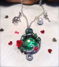 Collier Elfique/ féérique, pendentif en fimo sur bille de verre, breloques licorne, fée en métal argenté et perle. : Collier par aragande