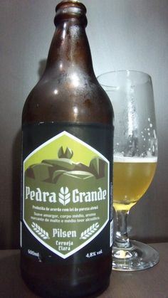Cerveja Pedra Grande Pilsen, estilo Premium American Lager, produzida por Cervejaria Tibaya, Brasil. 4.8% ABV de álcool.