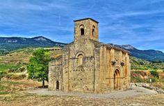 Santa María de la Piscina, Peciña, La Rioja - Vista exterior de la fachada de poniente, al fondo la Sierra de Cantabria o Sierra de Toloño