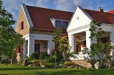 Egy sok gyermekes családi otthonba leshettünk be a festői szépségű településén, Dörgicsén. Az eredetileg nyaralónak épült parasztház későbbi Rural House, My Dream Home, Countryside, Room Decor, Cottage, Exterior, Rustic, Traditional, Mansions