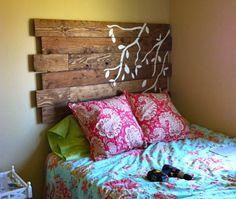 Transforma esas cajas vacías de madera en un original respaldar para cama y añádele tu toque creativo con un diseño en pintura.