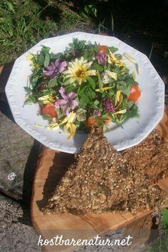 Dieser Salat mit wilden Kräutern und Blüten ist ein Schmaus für Gaumen und Augen.