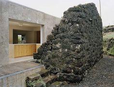 Una casa en el interior de una Ruina  Sami Arquitectos construyeron una increíble casa dentro de una ruina en la isla de Pico en las Azores. Siguiendo las líneas originales, supieron como aprovechar cada espacio que la estructura del lugar les prestó, dando como resultado una sincronía perfecta entre las ruinas y la casa.