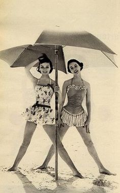 Love this retro skirted bathing suits. Wish I could find a pattern to make one! See more retro bathing beauties at coutureandcu. Vintage Glamour, Vintage Versace, Vintage Beauty, Vintage Dior, Vintage Fashion, 1960s Fashion, Moda Retro, Moda Vintage, Vintage Love