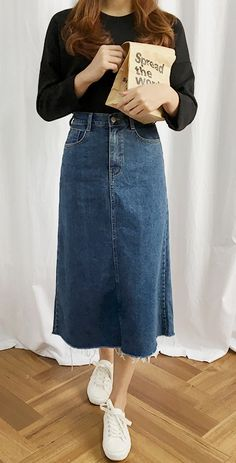 Skirt Midi Denim Shoes Ideas You are in the right place about mermaid Skirt Here we offer you the most beautiful pictures about the Skirt fashion you are looking for. Midi Rock Outfit, Midi Skirt Outfit, A Line Denim Skirt, Denim Skirt Outfits, Denim Skirt Midi, Long Denim Skirts, Midi Skirts, Denim Outfit, Jean Skirt