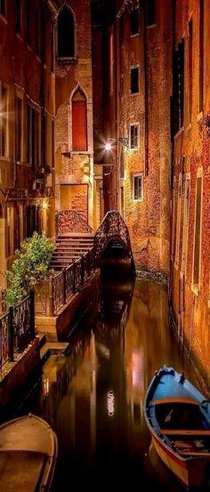 Venecia nocturna http://mundodeviagens.com/ - Existem muitas maneiras de ver o Mundo. O Blog Mundo de Viagens recomenda... TODAS!