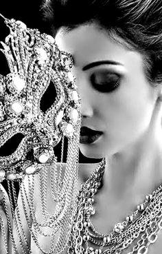 """""""Quand il jette en dansant son bruit vif et moqueur,  Ce monde rayonnant de métal et de pierre  Me ravit en extase, et j'aime à la fureur  Les choses où le son se mêle à la lumière."""" - Les Bijoux, Charles Baudelaire"""