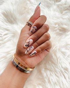 """Vous ne l'avez surement pas loupé si vous suivez les tendances sur Instagram, la manucure """"Picasso"""" ne cesse de gagner du terrain depuis quelques mois ! Square Acrylic Nails, Best Acrylic Nails, Picasso Nails, Nail Art Designs, Fire Nails, Minimalist Nails, Dream Nails, Gorgeous Nails, Nail Manicure"""